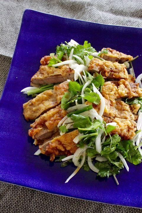 中國風味的炸豬排與百香果水果醬油